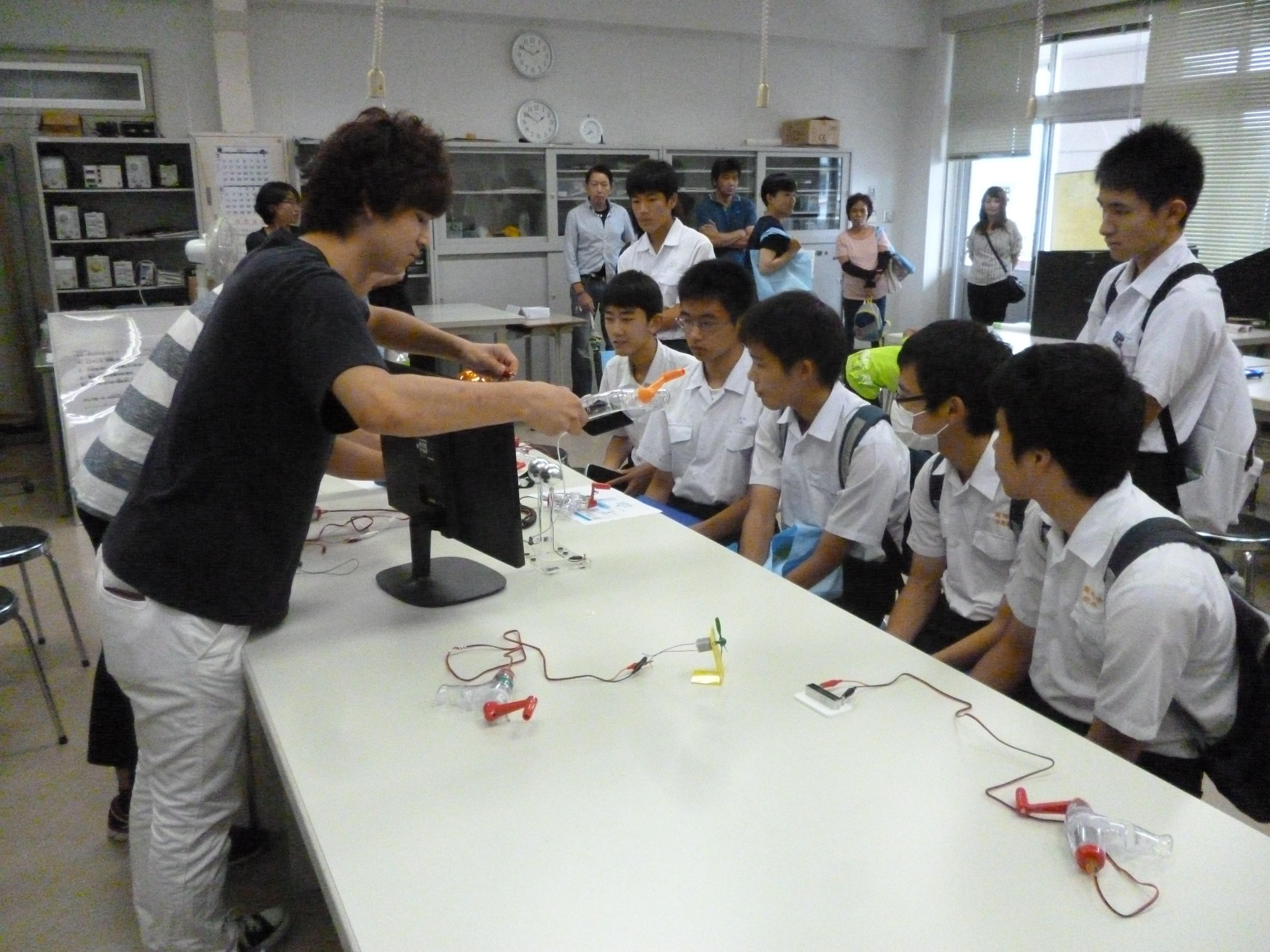 Explanation by students in Campus tour